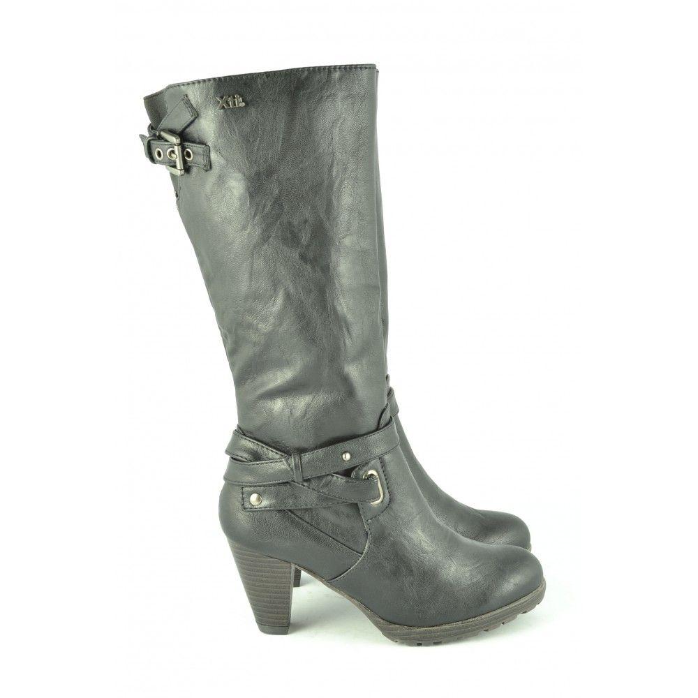 62e89b99 #Botas negras de caña alta con tacón de 7cm. con adorno de correas de #XTI