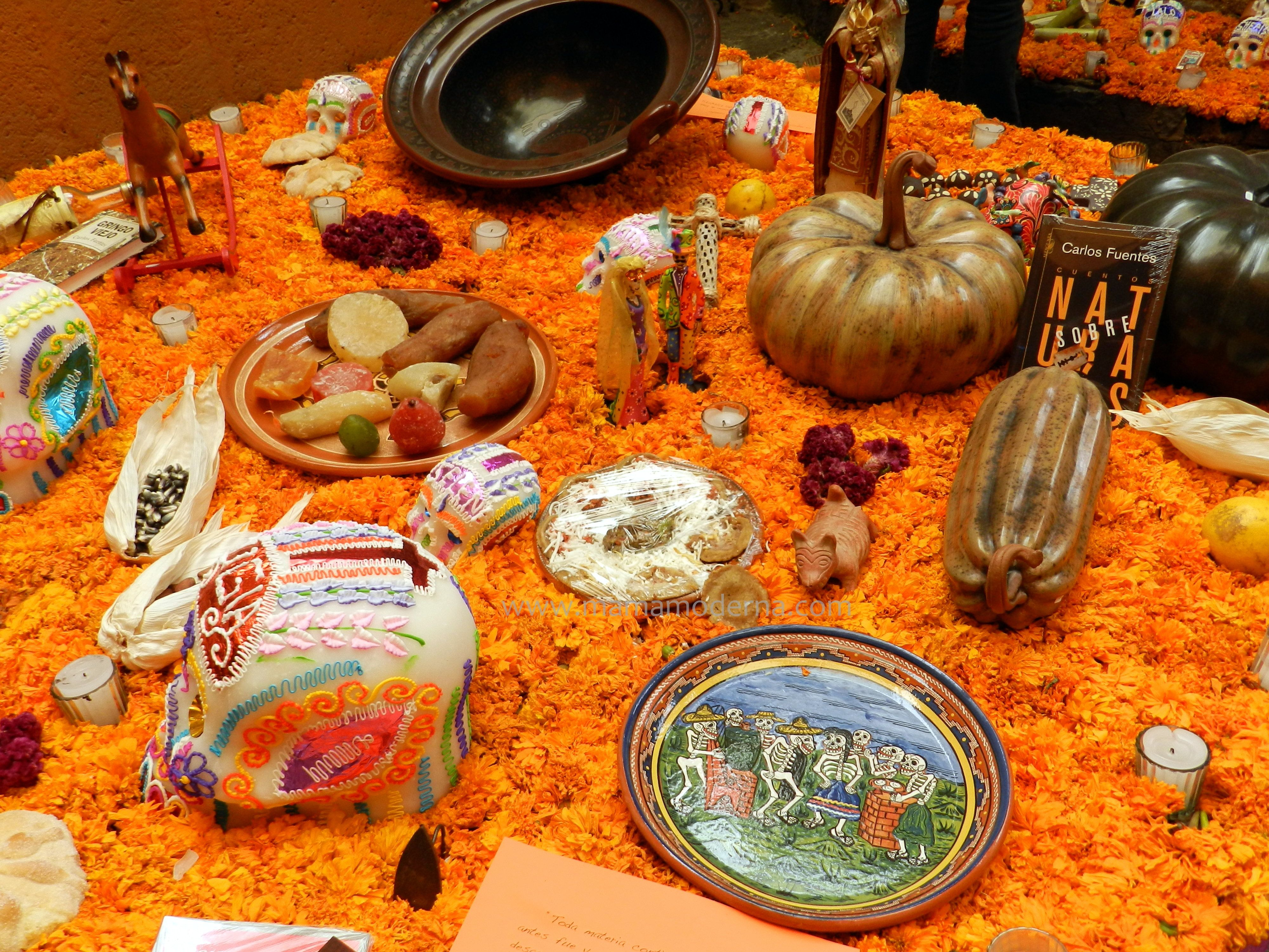 Algunos de los elementos de la ofrenda de muertos: flores, velas, sal, incienso y los alimentos que le gustaban al muerto que se conmemora.