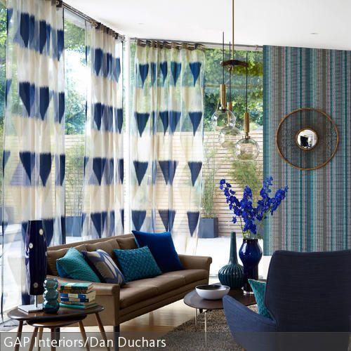 Blau und Türkis dominieren dieses Retro-Wohnzimmer Ein Ledersofa