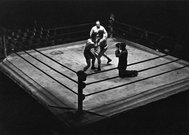 Stanley Kubrick filming boxing sequence in Killer's Kiss (1955). via astanleykubrick