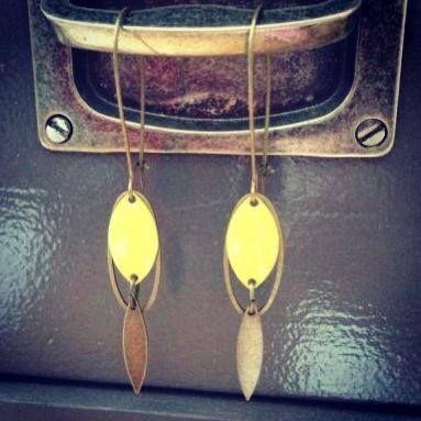 Boucles d'oreilles navettes jaune et laiton - 12€