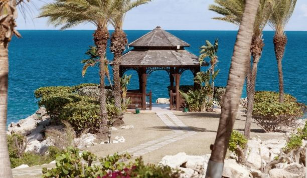 Blue Waters Resort: The grounds are expansive, with plenty of romantic, quiet spaces for relaxing.