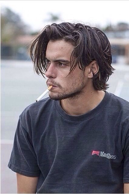 Taglio per far crescere capelli lunghi uomo