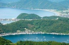 福井県三方上中郡にある三方五湖は美浜町と若狭町に跨って位置する5つの湖です  国指定の名所にもなっています 自然の緑豊かな山間と真っ青なブルーの湖とのコントラストが自然の雄大さを感じさせてくれます 湖の周囲には梅畑が広がり季節になると素敵な景色を眺めることができます  三方五湖は大きい順に水月湖三方湖久々子湖日向湖菅湖です これら5つの湖は全てが繋がっています 遊覧船や湖をつなぐ運河トンネルなどもありラムサール条約にも登録されており特に水月湖はおよそ10万年前の気候変動などについても分かるそうで注目が集まっている場所です  tags[福井県]