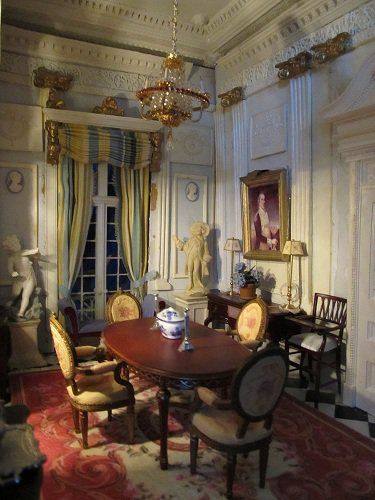 Lovely Little Room With Great Crown Moulding And Rich With Neoclassical Influences Dollhouse Dining Room Miniature Houses Dolls House Interiors