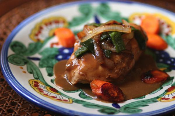 Pechugas de pollo a fuego lento en crema de poblano - Los chiles poblanos asados pueden variar el nivel de sabor de leve a extra picante, pero siempre son deliciosos.