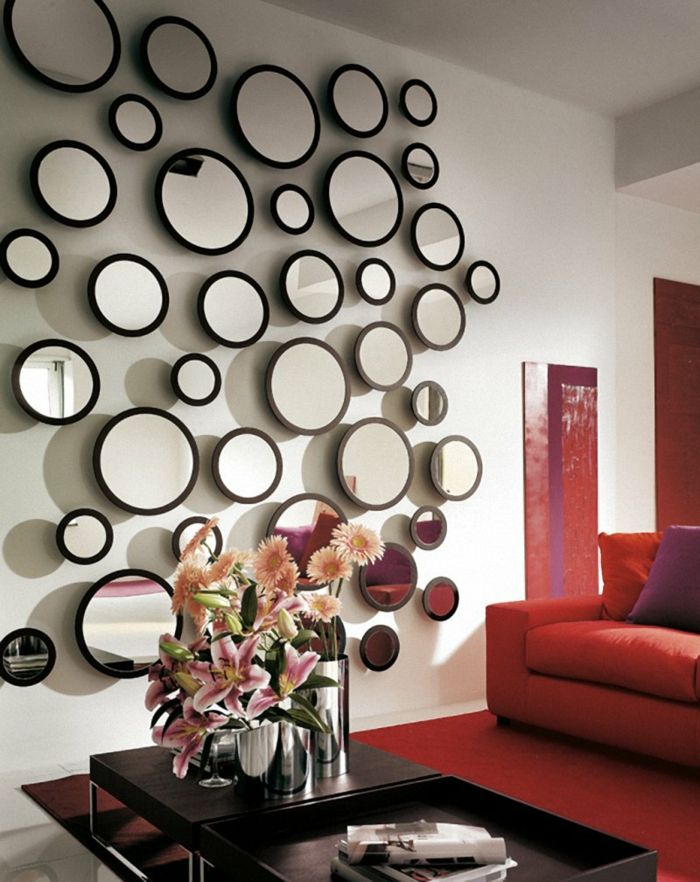 Wanddeko Spiegel wohnzimmereinrichtung ideen rotes sofa roter teppich wanddeko