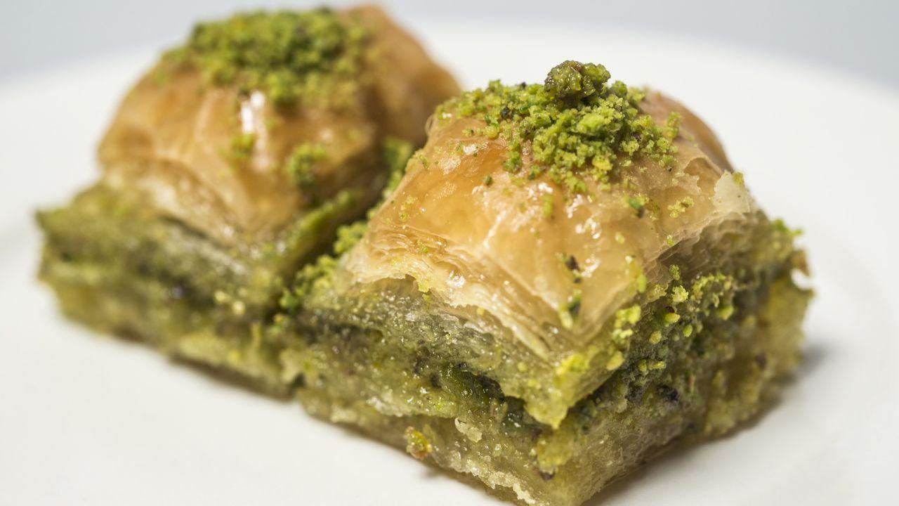 طريقة عمل البقلاوة بالجوز كيفية تحضير البقلاوة بالجوز Youtube Food Baklava Middle Eastern Recipes