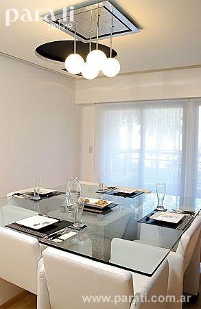 La mesa del comedor lleva una base de granito gris pulido y sin