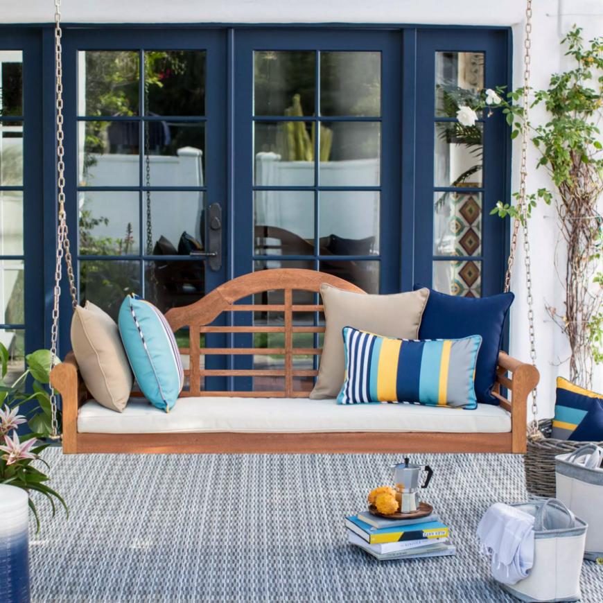 ber diese veranda aufgeh ngt ist eine sch n gestaltete. Black Bedroom Furniture Sets. Home Design Ideas