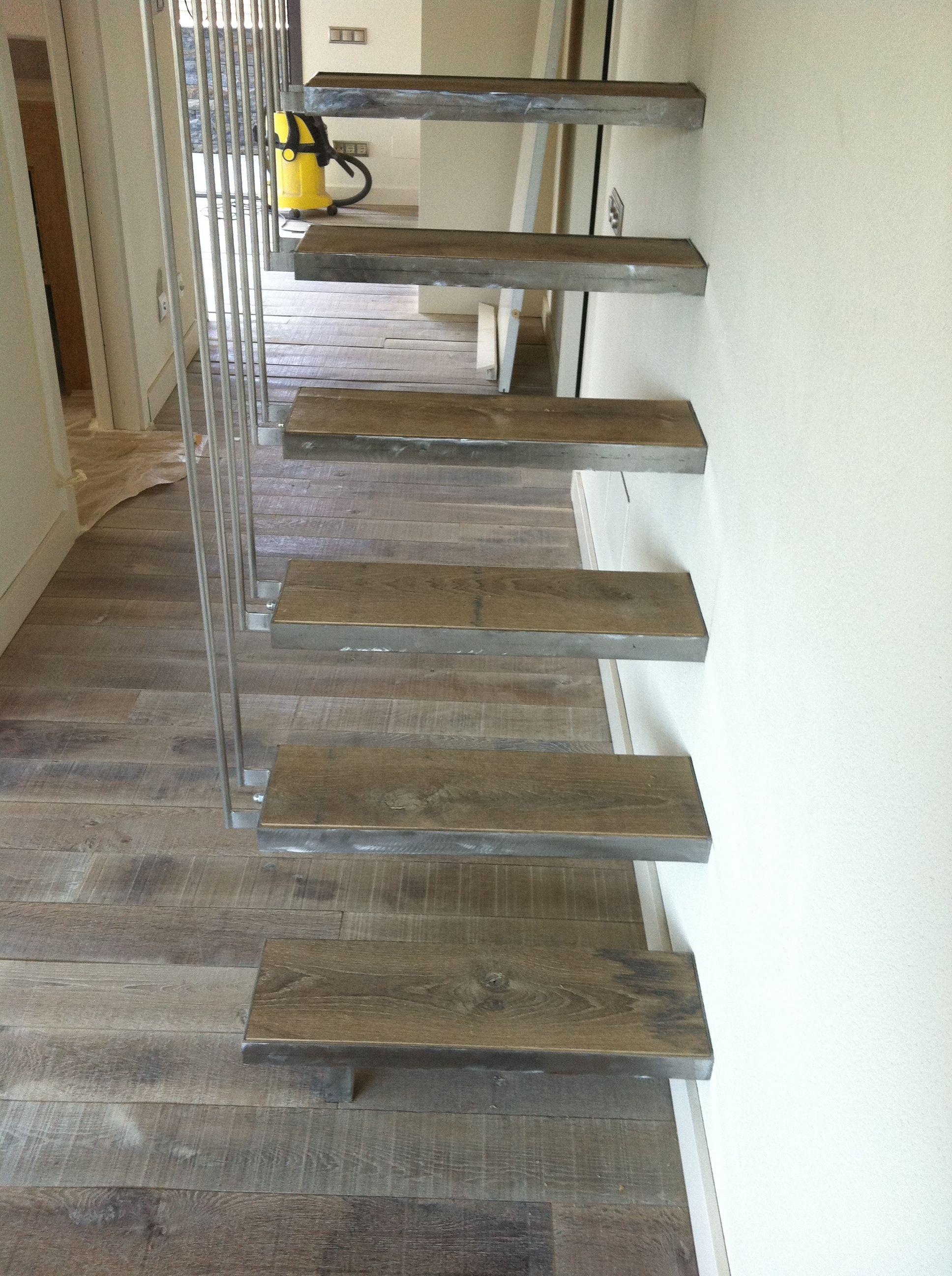 Escalera de madera interior y colocación de tarima de madera maciza ...