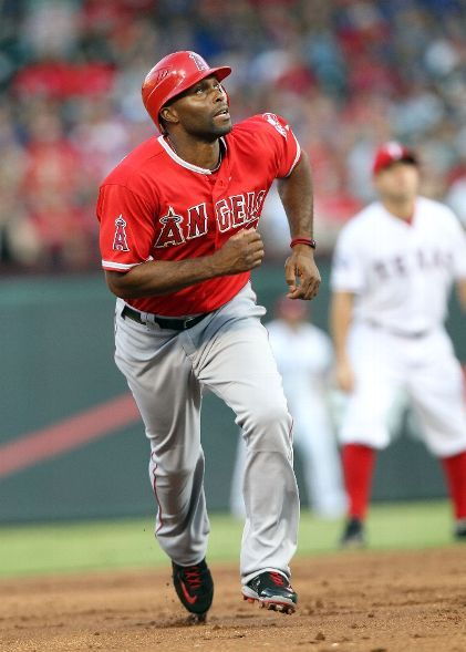 Game 105 8 1 12 Torii Hunter 48 Of The The Los Angeles Angels Of Anaheim Runs To Third As He Watches Los Angeles Angels Angels Baseball Mlb American League