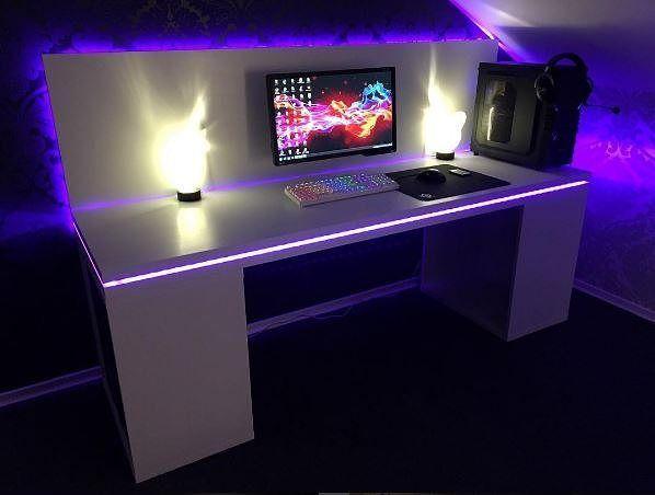 Jaime beaucoup le look de ce desk mod avec ce bureau qui ressemble