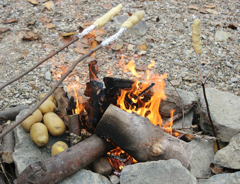 Familienausflug im Winter Lagerfeuer am Rhein mit gegrillten Kartoffeln Würstchen und Stockbrot Viele