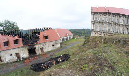 Za požárem zámku v Plumlově je zřejmě nedbalostškoda do 5 mil.Kč - České noviny