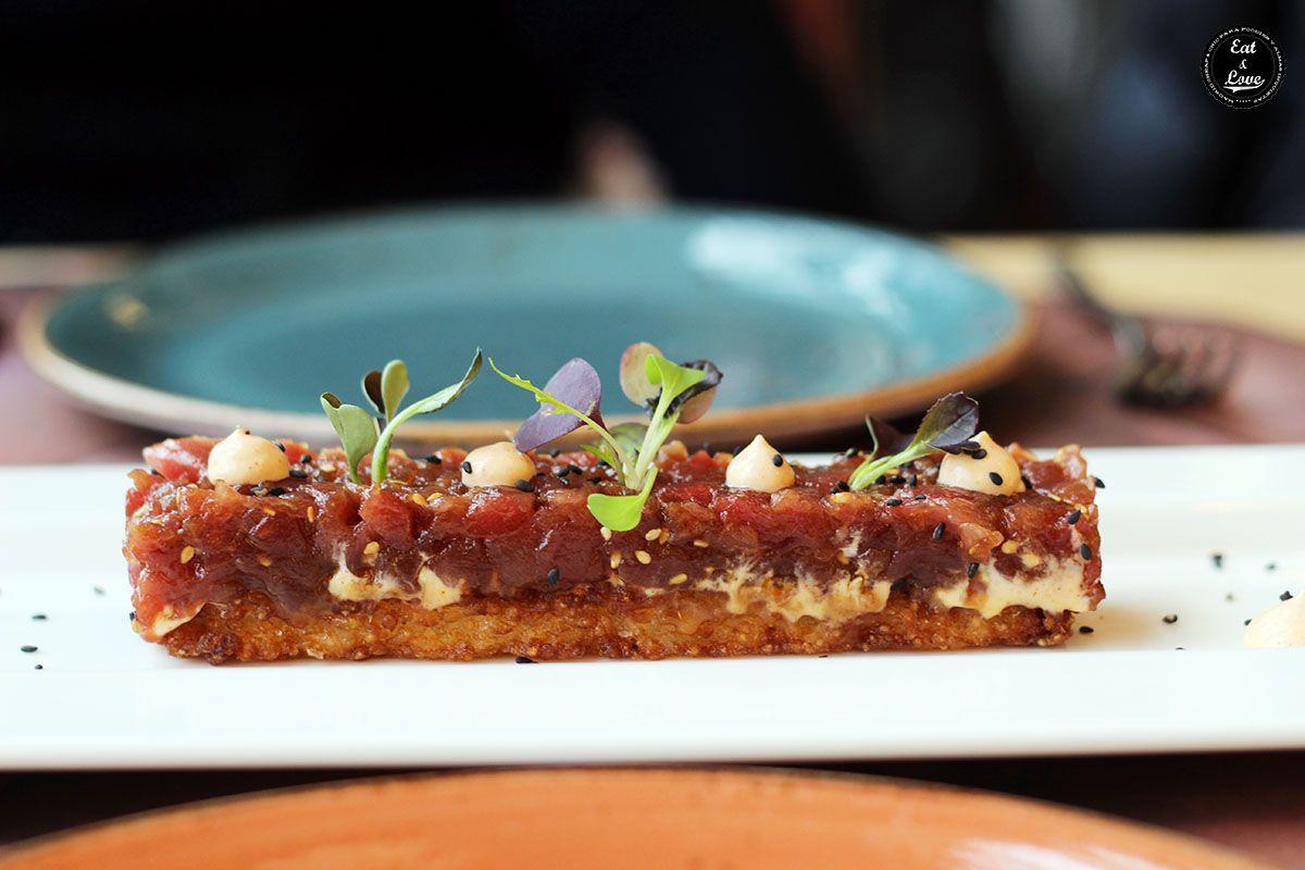 Tartar de atún rojo salvaje sobre crujiente de arroz y kimchi en restaurante La Canica Madrid