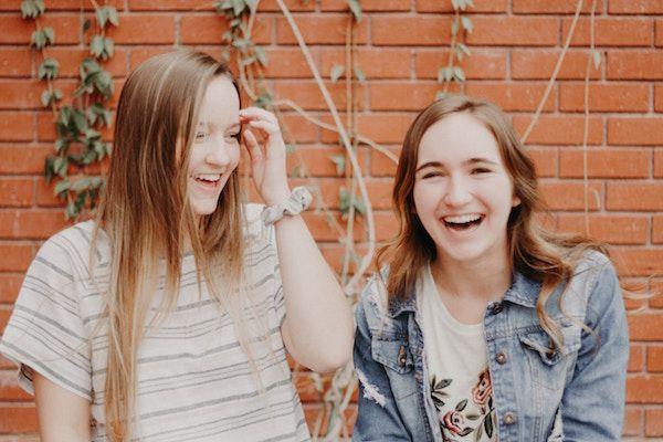 Foto de dos adolescentes sonrientes
