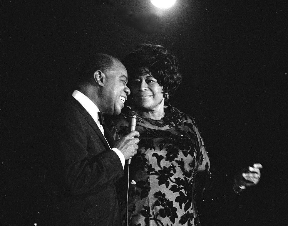 30 marzo 1971, New York. Louis Armstrong sale sul palco durante un'esibizione di Ella Fitzgerald nell'Empire Room del Waldorf Astoria (AP Photo)