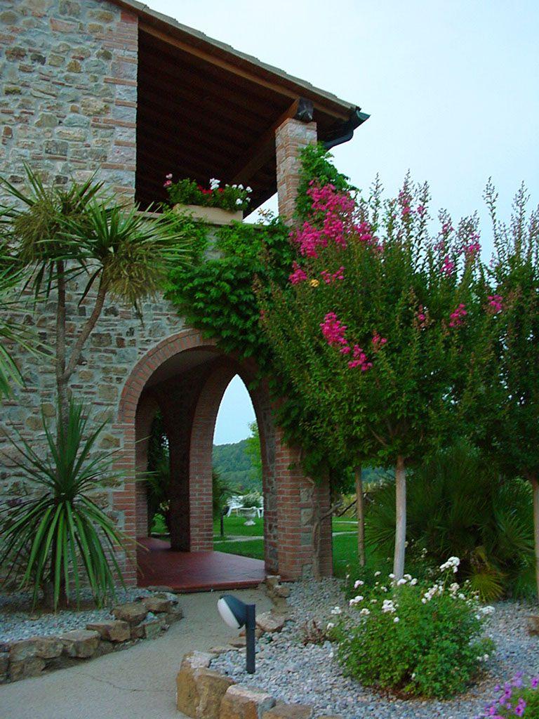 Intorno alla Villa  #villa #esterno #giardino #veduta #relax #fiori #profumo #aroma #starbene #benessere #relais #archi #volte