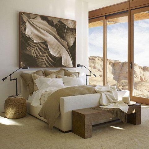 Una cama minimalista y lujosa Moderna, la cabecera y el apoyapié de
