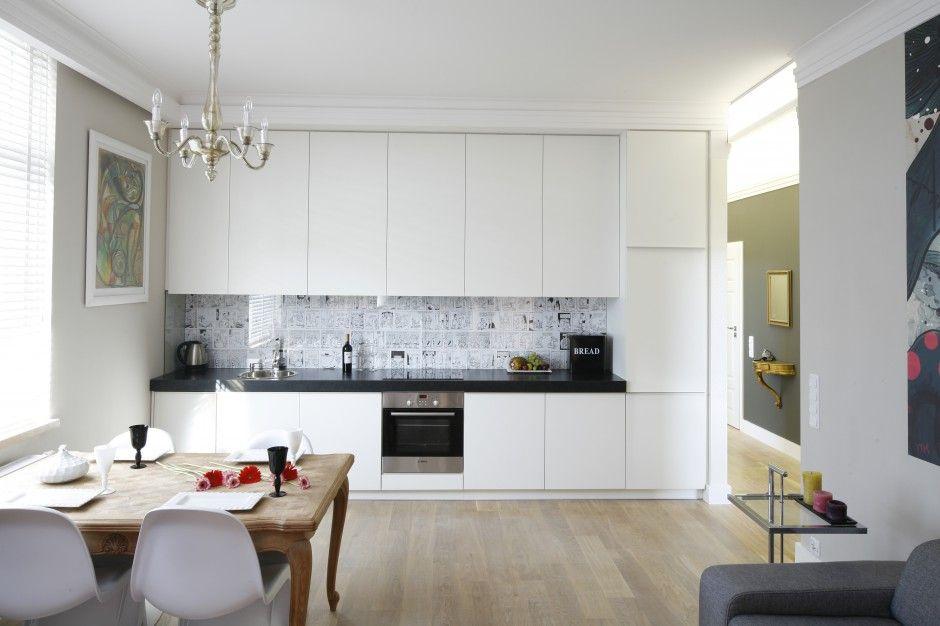 Biała zabudowa meblowa na jednej ścianie tworzy subtelne   -> Kuchnia Z Tapeta