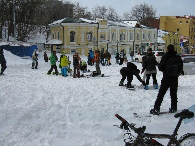 24 марта 2013 года, весна, сноубордисты катаются по Андреевскому спуску, Киев