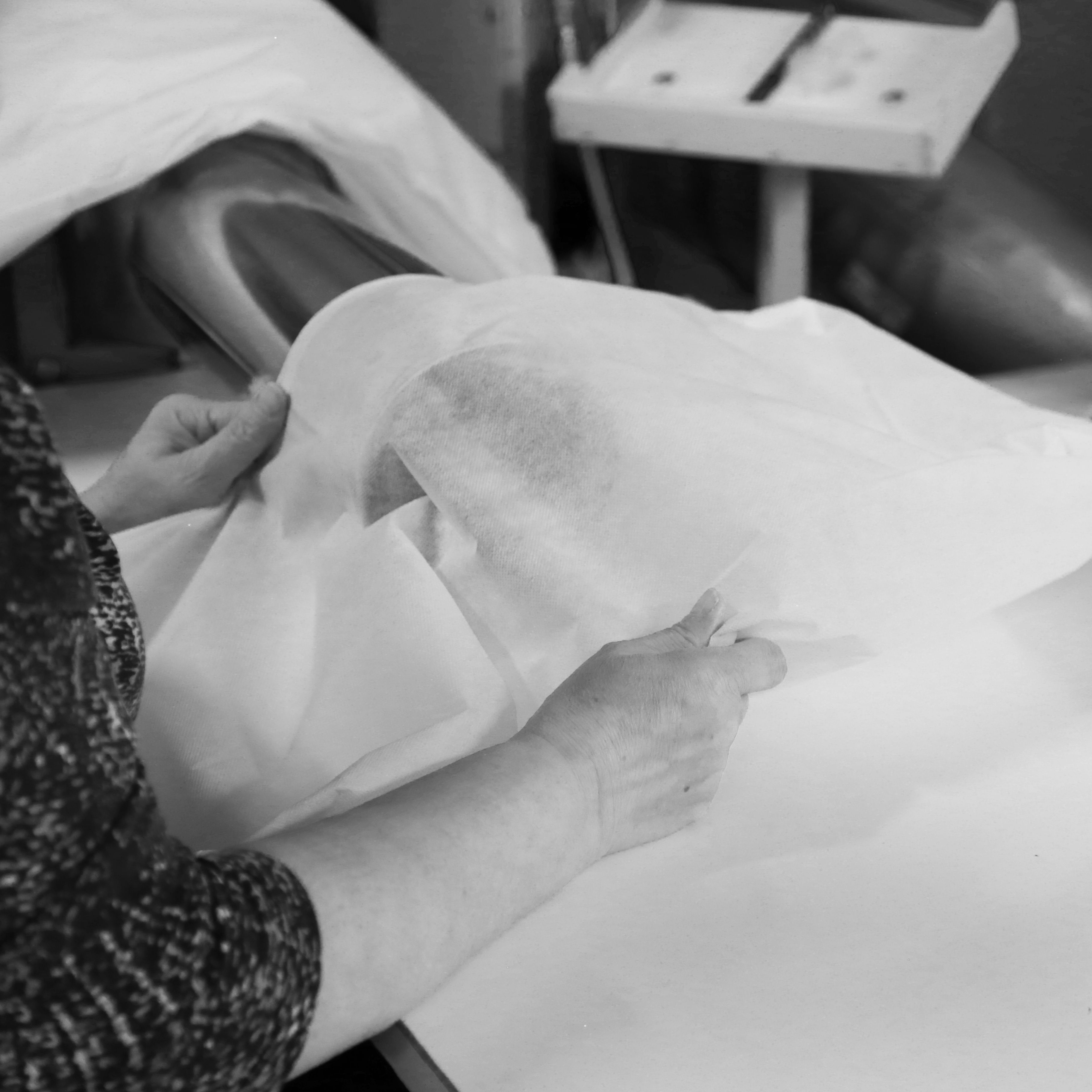Työvaihe: Sohvatyynyjen täyttäminen | Craft: Filling sofa cushions Tuotantolinja: Sohvat | Production line: Sofas  #pohjanmaan #pohjanmaankaluste #käsintehty #craftsman #craftsmanship #handmadefurniture #furnituremaker #furnituredecor