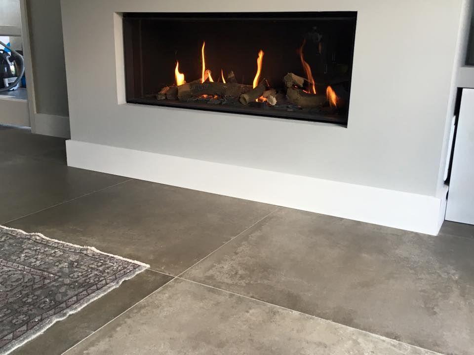 Taupe kleur betonlook tegel gelegd in woonkamer | Betonlook tegels ...