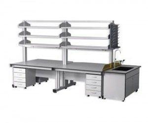 Sản phẩm bàn thí nghiệm trung tâm giá treo 3 tầng CLF-1110 có giá để dụng cụ, có trụ đỡ giá bằng sắt sơn tĩnh điện, 2 hộc tủ cố định có 4 ngăn kéo làm bằng Chemsurf chuyên dụng dày 12mm.