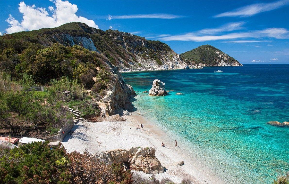 De vorm van het Italiaanse eiland Elba is heel grillig en daarom is de kust ook rijk aan baaien die ontelbare adembenemende uitzichten bieden. Persoonlijk vind ik Elba mooier gezelliger en lieflijker dan vele andere Italiaanse eilanden.