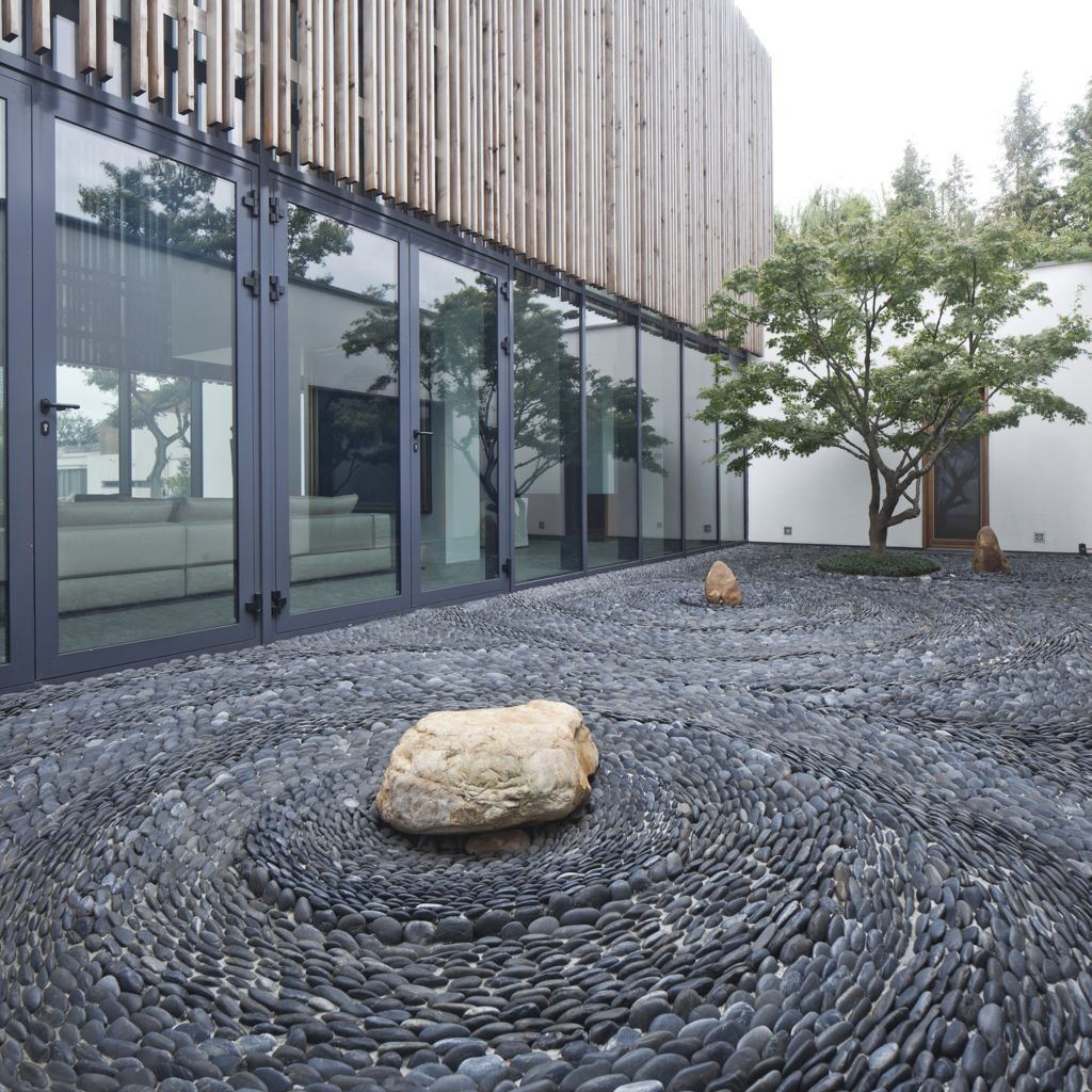 Pebble courtyard neri hu lee and chew residence for Courtyard stone landscape
