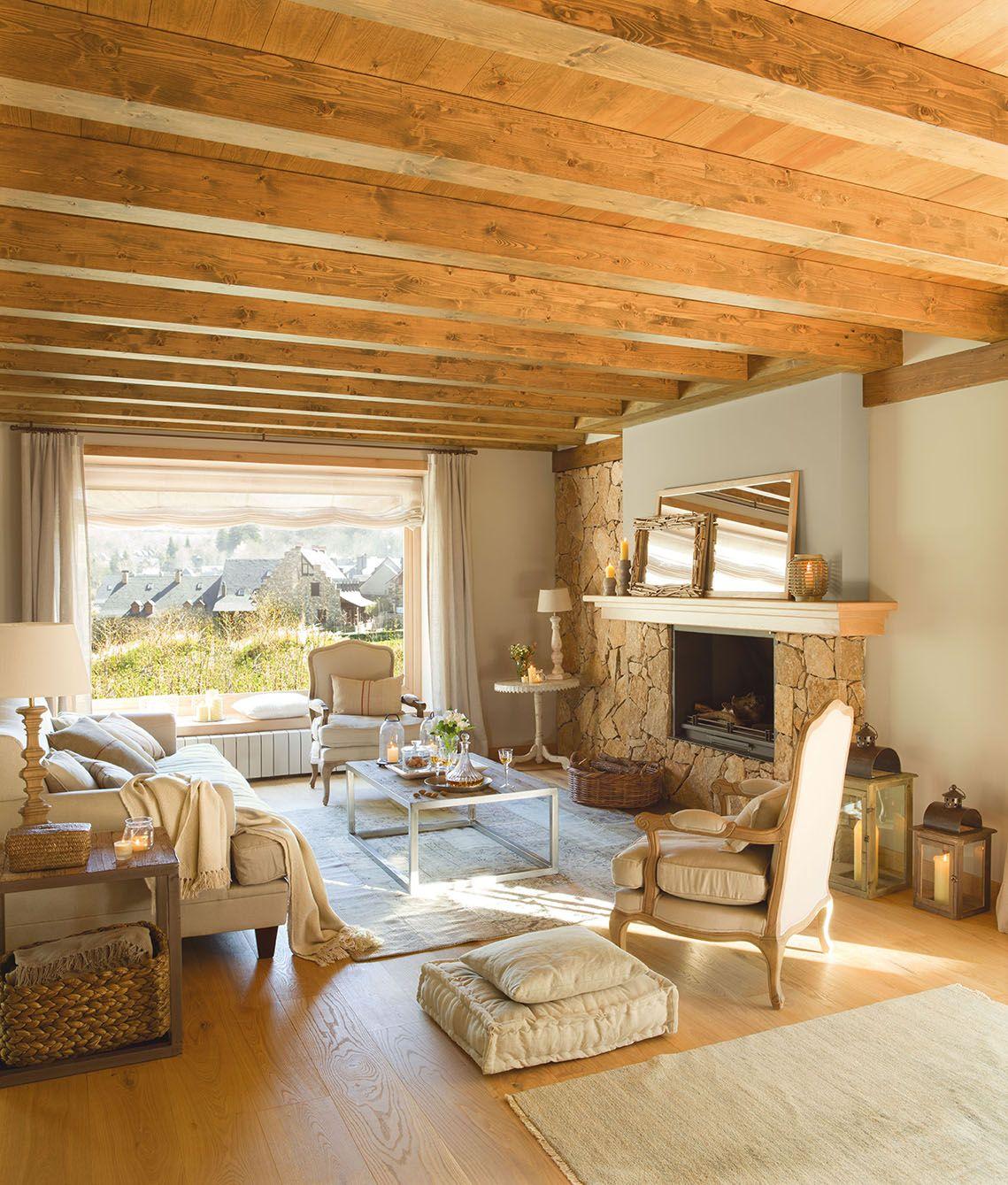 Salón en tonos claros con chimenea y vigas de madera_00319755 1 ...