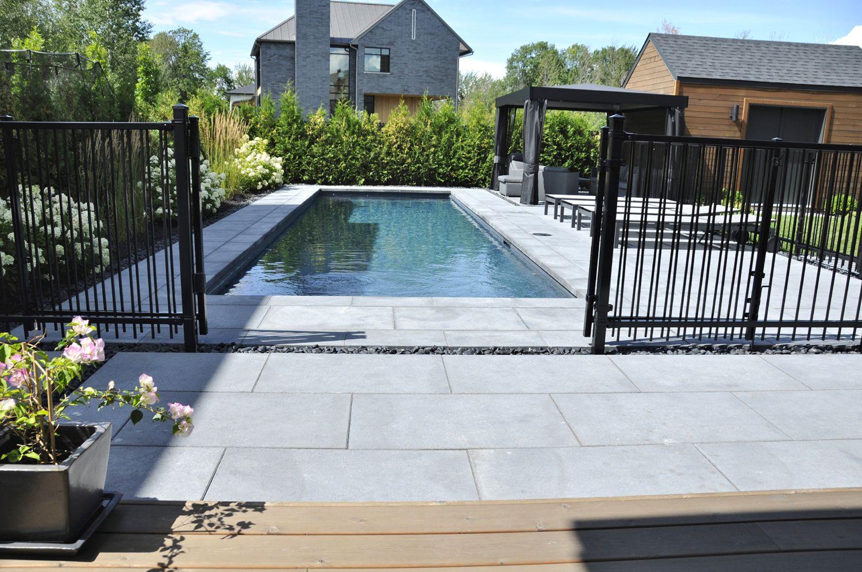 Dalle De Protection Piscine une longue et étroite piscine creusée. cette aménagement