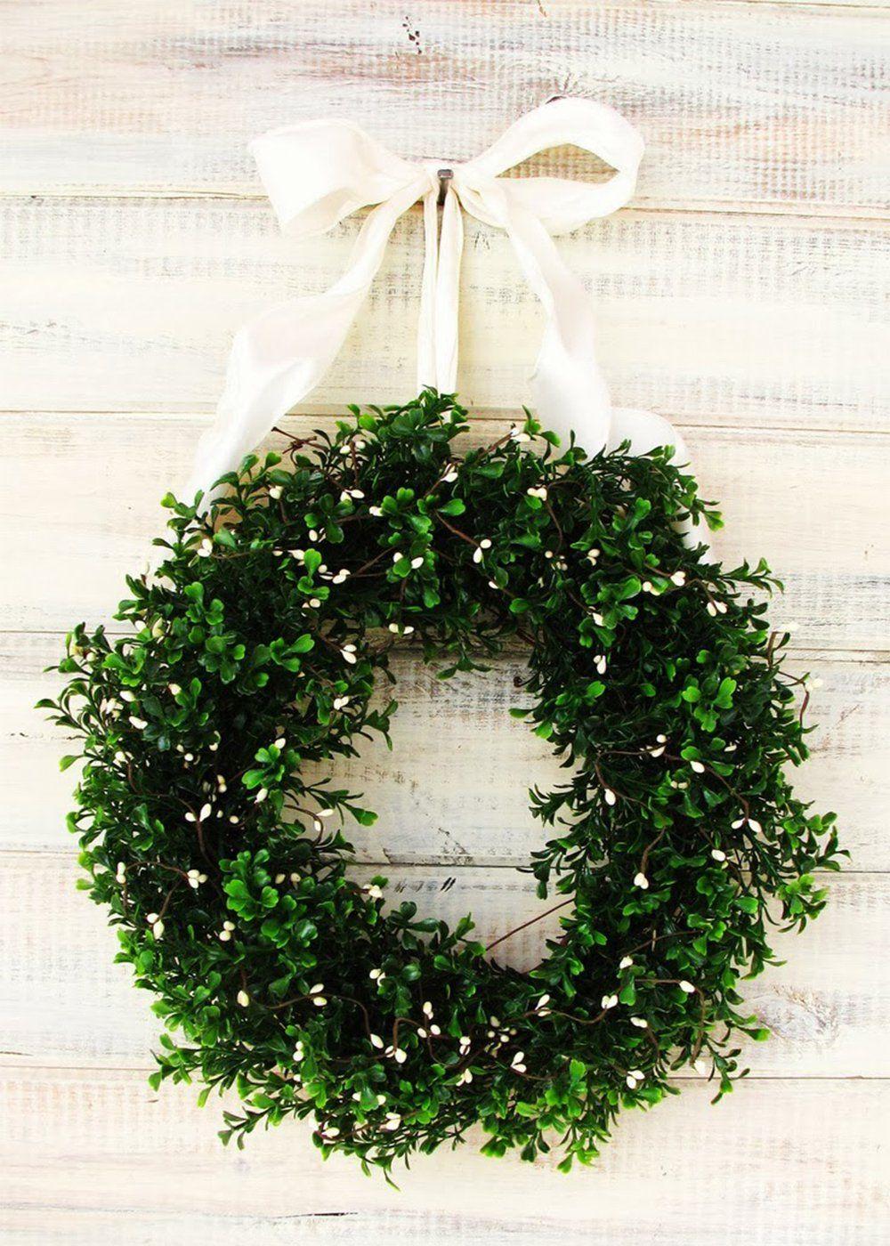 couronne de no l en branche de feuilles et petites fleurs blanche avec un noeud pour l 39 accrocher. Black Bedroom Furniture Sets. Home Design Ideas