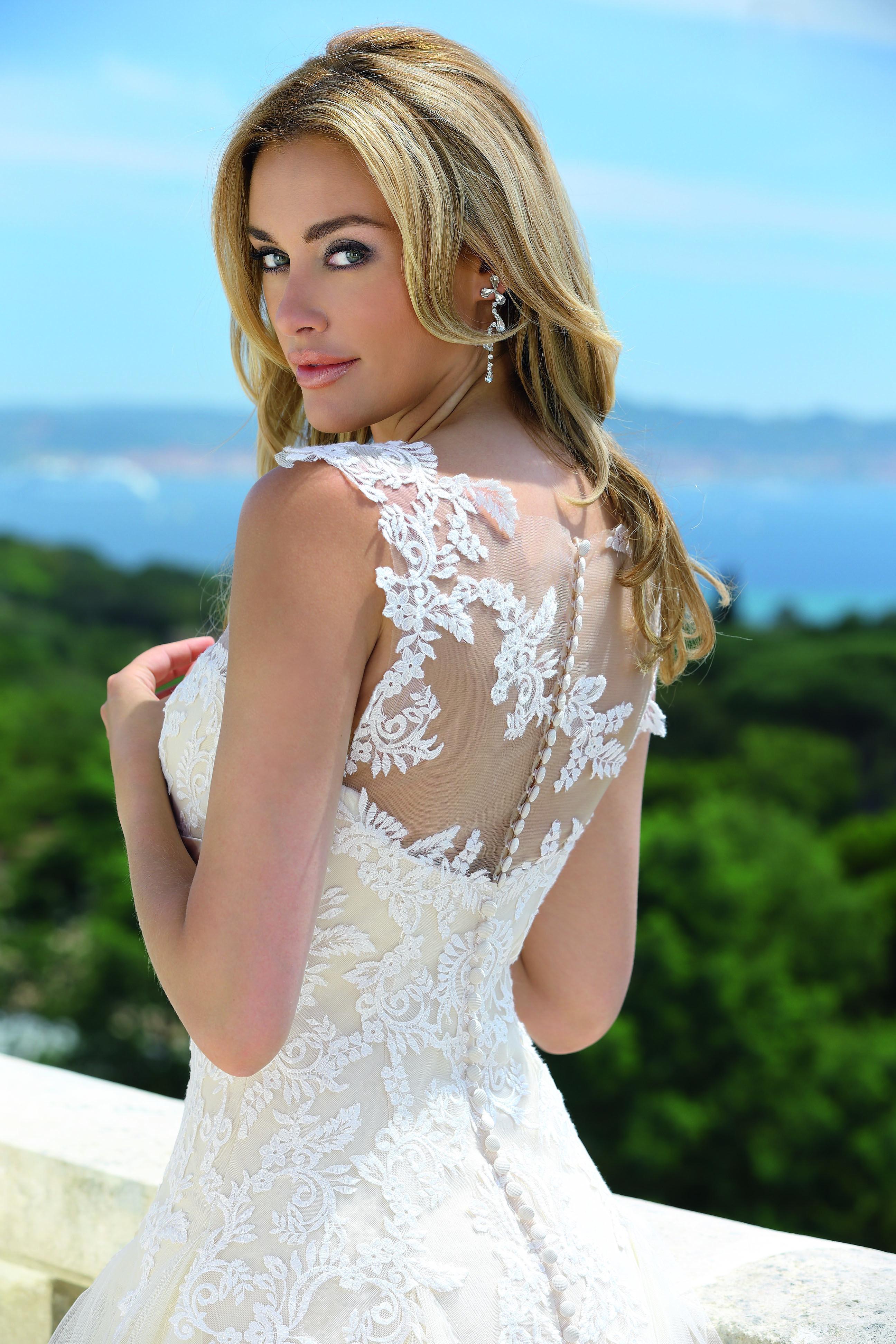 Brautkleid in A-Linie mit Tatoo-Optik auf dem Rücken zu erhalten bei ...