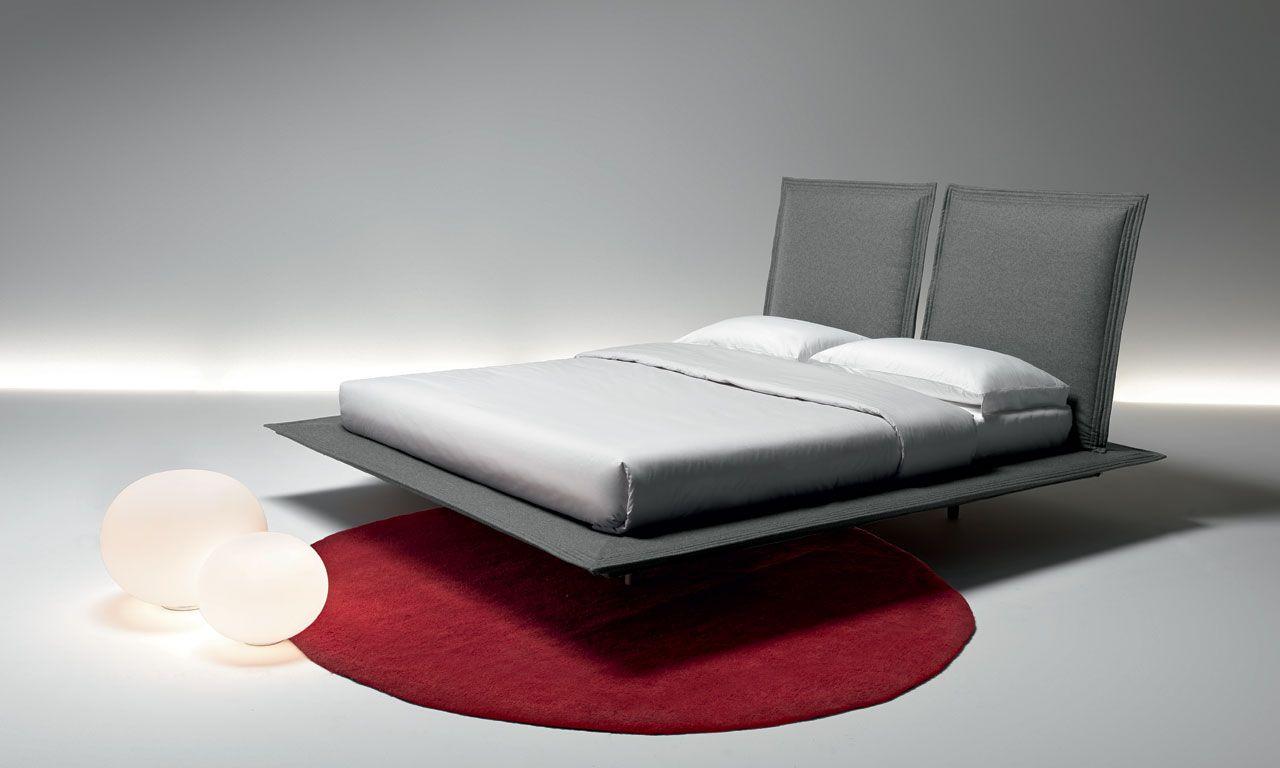 DREAM HIGH, i sogni volano alti. La composizione presenta due testate rialzate coordinate al giroletto che conferiscono leggerezza e assicurano comodità. Il letto sembra volteggiare nel vuoto grazie al suo design.