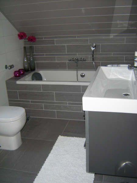 Een badkamer met schuin dak waar Sanidrome Ester Oom in Goes een bad ...