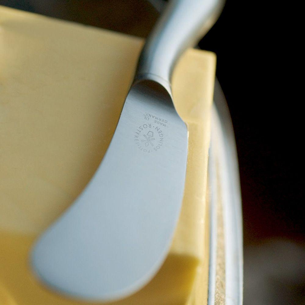 BURRADO, Buttermesser i. GK - Butter. Burro. Beurre. Obenauf die Lieferantin der Butter: die Kuh. Mal nicht lila, sondern schwarz-weiß. Traditionell auch die ungewöhnlich breite Klinge von BURRADO. Weil eine breite Klinge die Butter einfacher streicht und Quark besser schmiert.