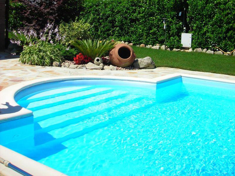 Piscina con porrones en la entrada piscinas pinterest for Entrada piscina