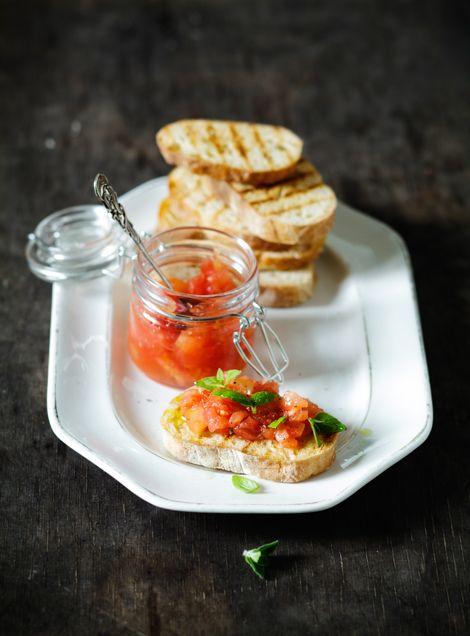 Kokit ja Potit -ruokablogi: Suupaloja - tomaattiset valkosipulileivät