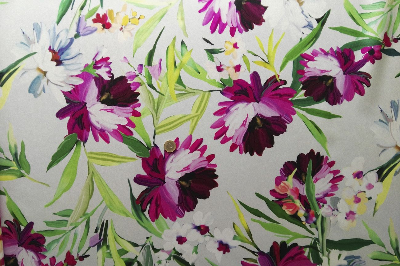 cda0571bd Tela mikado estampada de flores en tonos fucsia y fondo blanco, sostenida,  con peso