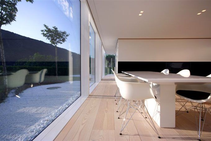 Edles Esszimmer mit Vitra Stühlen und bodentiefen Fenstern - esszimmer modern gemutlich