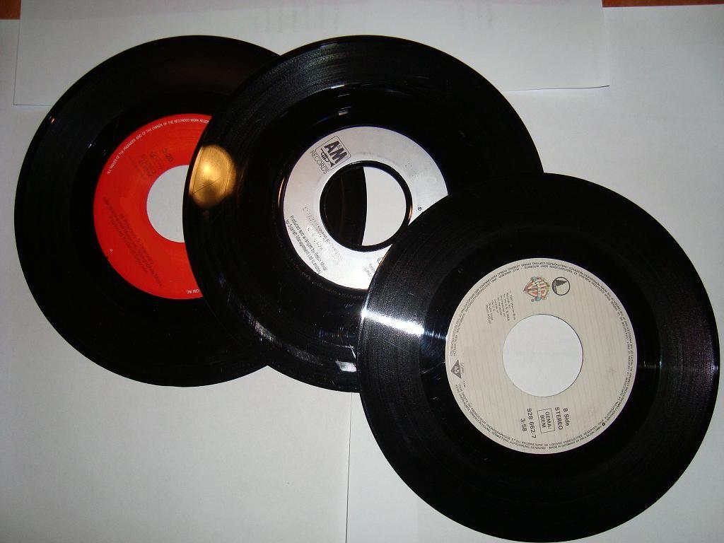 vinyl-singles (A- + B-kant; aan elke kant 1 nummer)