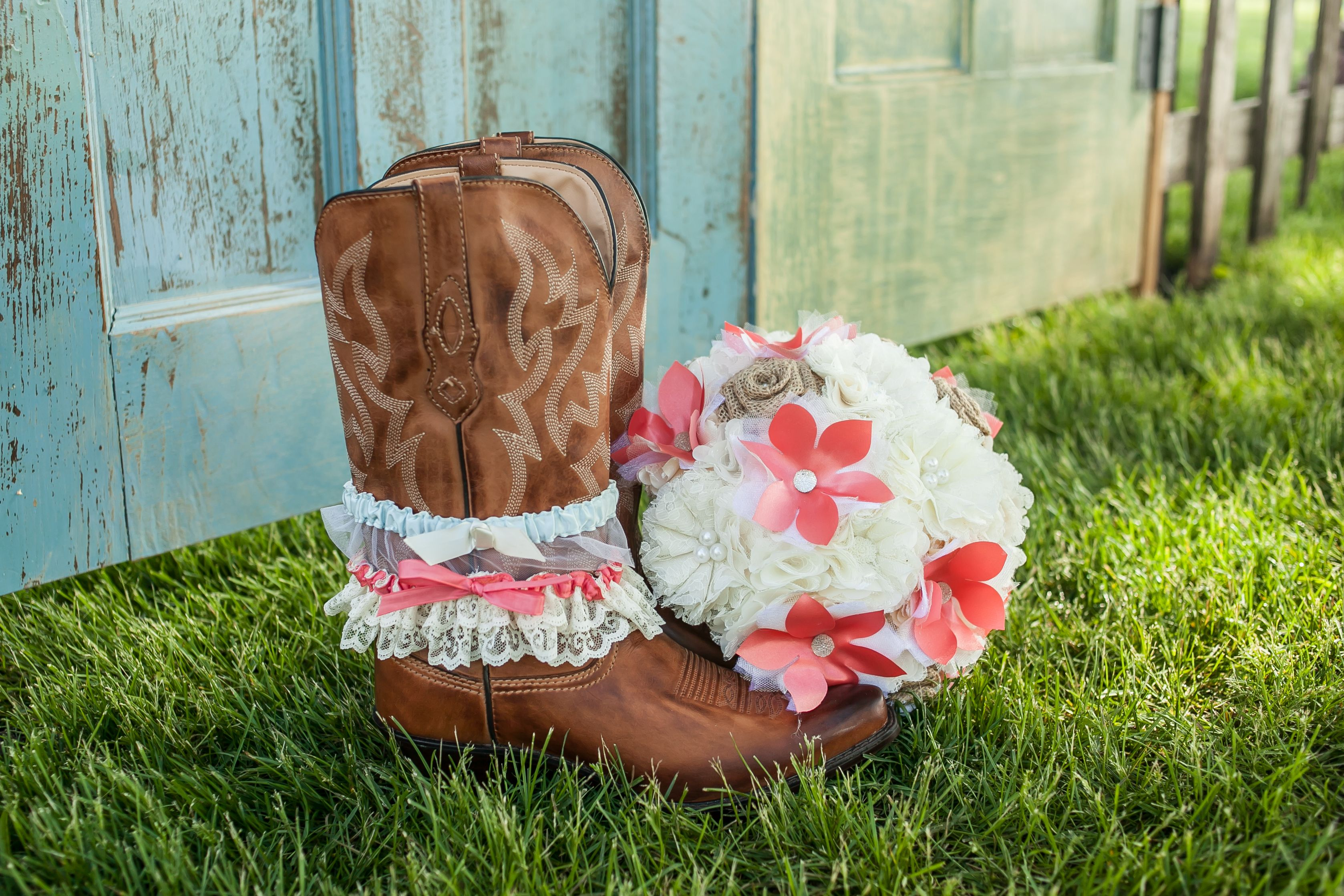 boots and bouquet | rustic wedding |  Photo by Le Photo Design www.lephotodesign.com www.facebook.com/lephotodesign   |  Bouquet by BouquetsByKeepsakes https://www.etsy.com/shop/BouquetsByKeepsakes