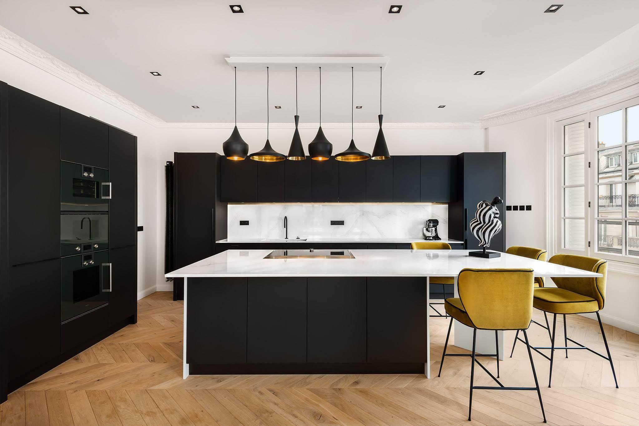 Cuisine Noire Et Bois Design Ouverte Avec îlot Plan De Travail Blanc Parquet Bois Pointe De Hongrie Ave Modern Kitchen Design Kitchen Modular Kitchen Design