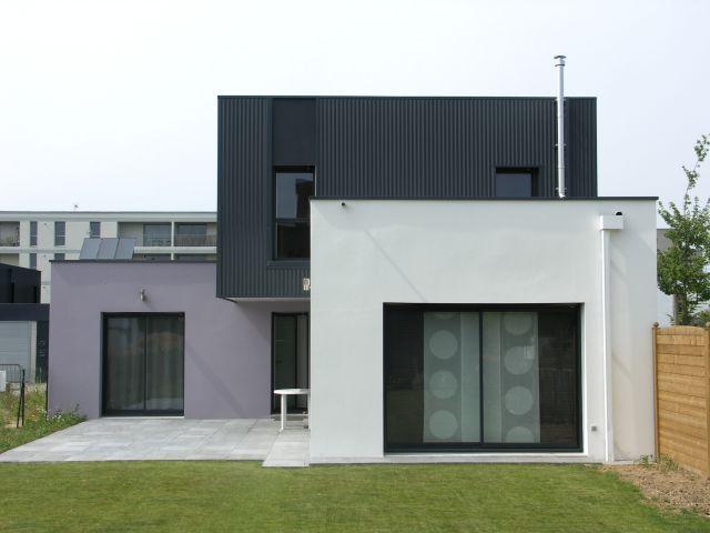 Maison cubique bardage t le ondul e en fa ade et peinture mauve en rez de chauss e agence - Maison en tole ondulee ...