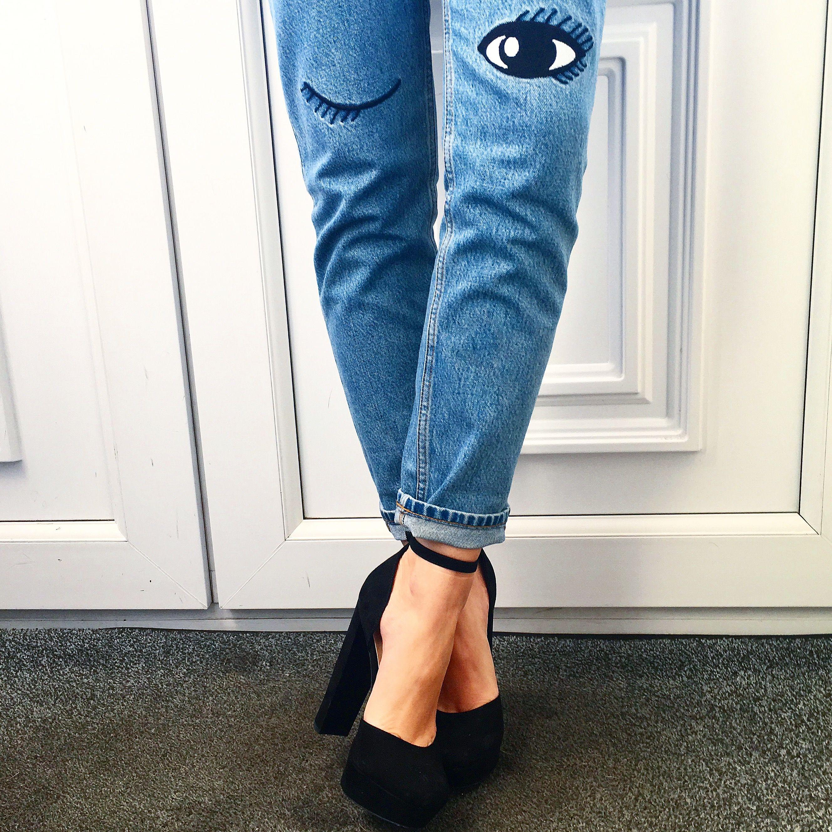 Schockverliebt in diese geniale Kombi aus Mom-Jeans und Riemchensandalette,  die uns hier so neckisch anzwinkert  3 17412e41f3