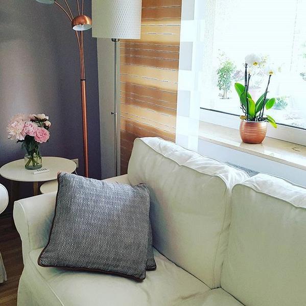 Wohnzimmer / Livingroom / Interior / Wohnen / Einrichtung: Ikea Ektorp  Sofa, Kupfer Lampe