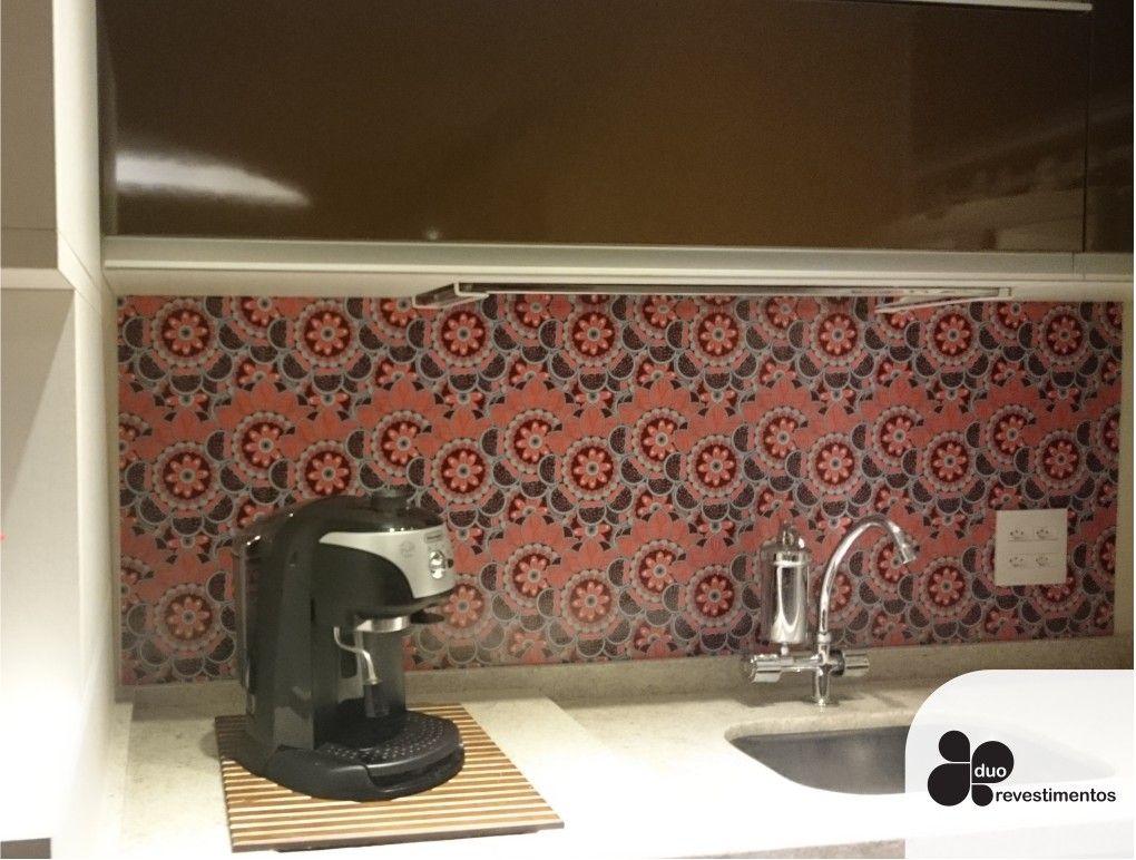 Recebemos esta foto da cliente Adriana de São Paulo. Ela mesma revestiu sua cozinha com o painel Slim Plastt, estampa Mandala V2.