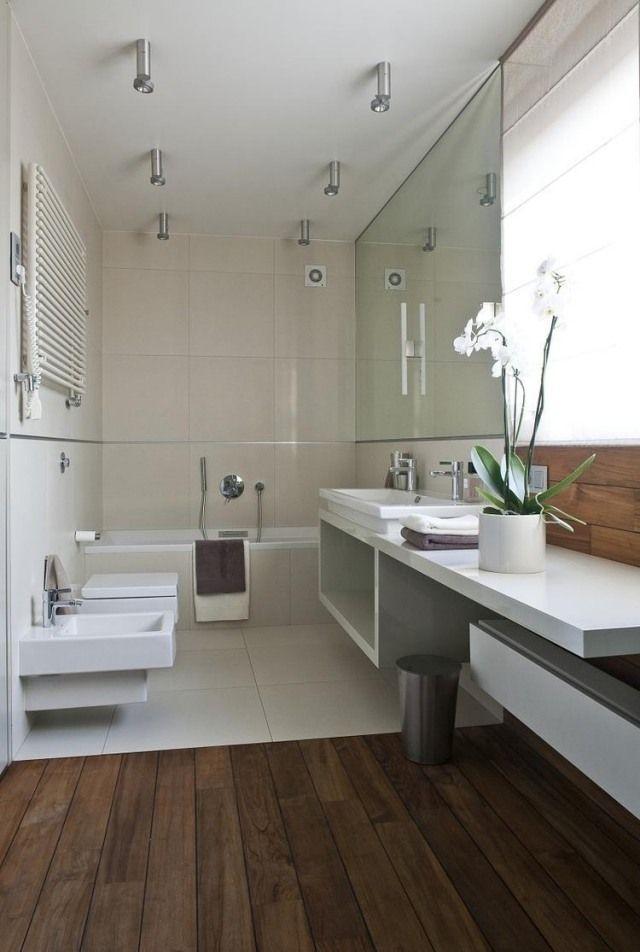 Badezimmer modern einrichten cremefarbene fliesen weiße möbel